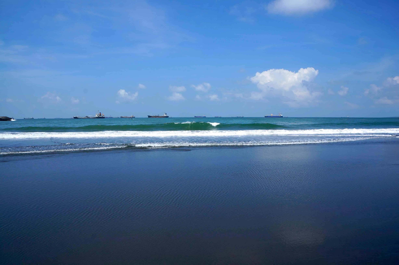 旗津半岛的海滩与海浪