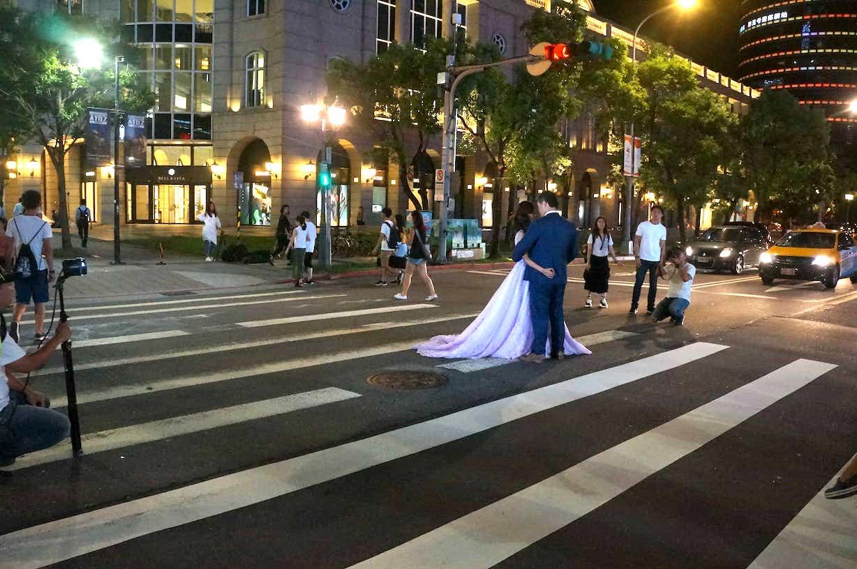 人行道婚纱照